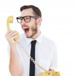 Homme a lunette parlant au téléphone