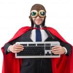 Programmeur superhéro tenant un clavier d'ordinateur