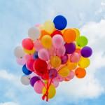 Bouquet de ballons colorés dans le ciel