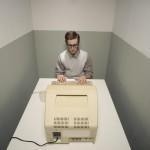 Homme dans une pièce fermée avec vieille ordinateur