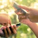Deux personnes consultant leurs téléphones cellulaires